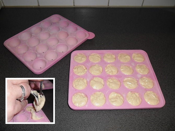 Cake mengsel in het onderste deel van de vorm