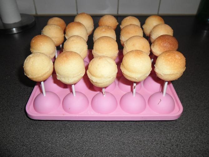 De lolly stokjes in de Cake Bolletjes geplakt